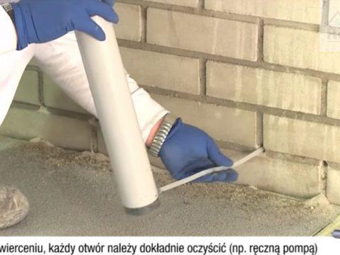 Po wywierceniu, każdy otwór należy dokładnie oczyścić ( np. ręczną pompą )
