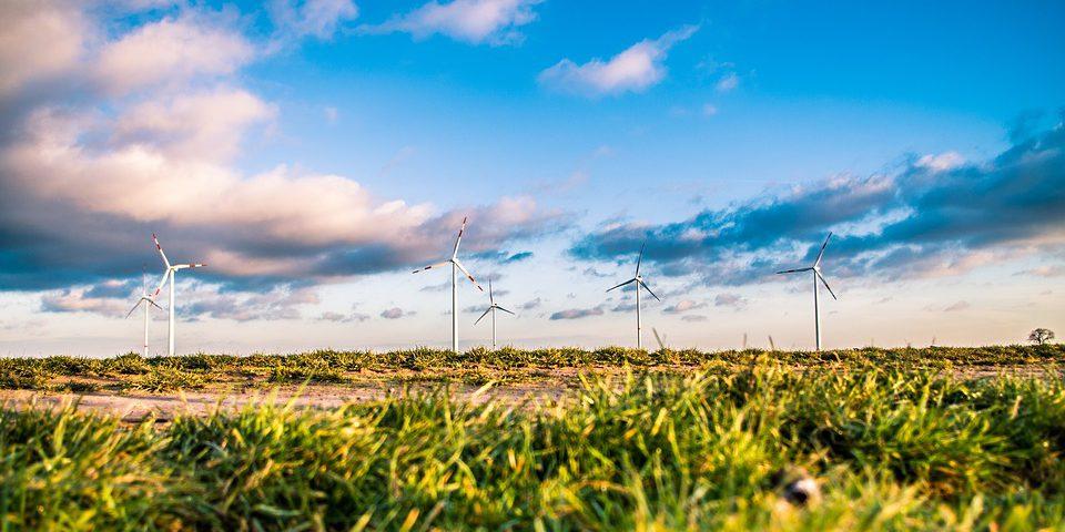 Odnawialne źródła energii to przede wszystkim promieniowanie słoneczne, wiatr, opady, fale morskie oraz geotermalne. Nie ma możliwości, aby ich zabrakło, ponieważ odnawiają się bardzo szybko.
